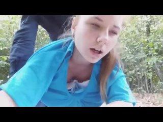 Черный чувак ебет белую голубоглазую няшу на улице ( негр трахает блондинку рыжую студентку в парке при людях школьницу няшку )