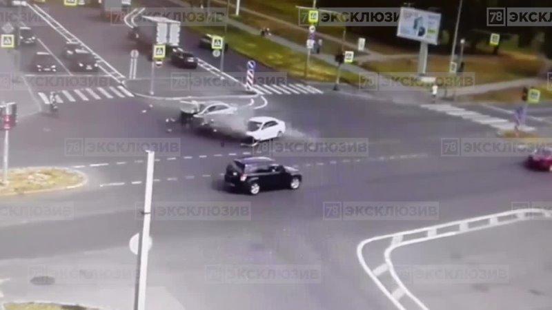 Столкновение двух автомобилей на перекрёстке улиц Маршала Блюхера и Замшиной попало на видео
