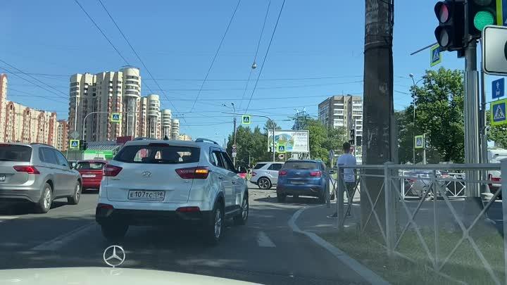 Авария на пересечении Маршала Блюхера и Кондратьевского.
