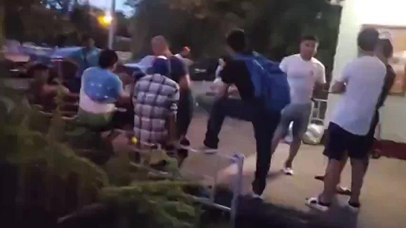 В Москве мужчина прогнал толпу пьяных узбеков