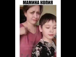 То ли мама странная, то ли сынок не в себе... Семейка Адамсов.