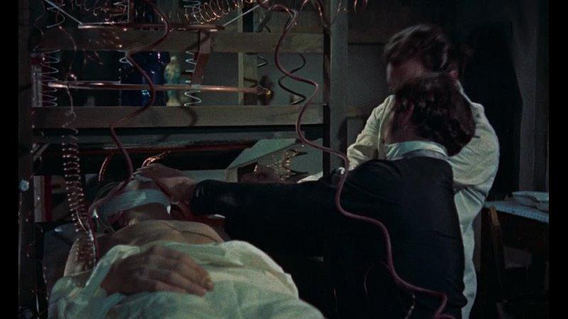 Питер Кушинг в фильме Месть Франкенштейна Ужасы фантастика Великобритания 1958