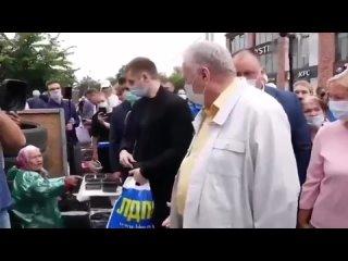 «Это показуха!» - старушка на рынке отказалась взять 1000 рублей у Жириновского