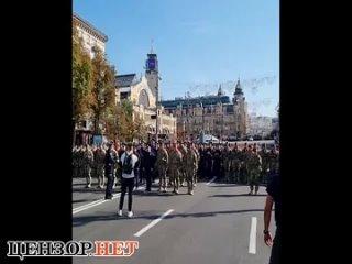"""""""Путин - х#йло!"""", - сводная колонна десантников, морпехов и полиции начала тренировку на Крещатике."""