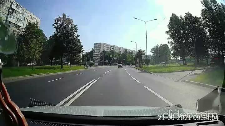 Велосипедист чуть-чуть не успел пролететь перед машиной по пешеходному через улицу Тельмана