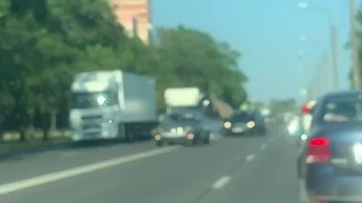 Два грузовика столкнулись на проспекте Народного Ополчения. Кузов одного из них буквально развалился...