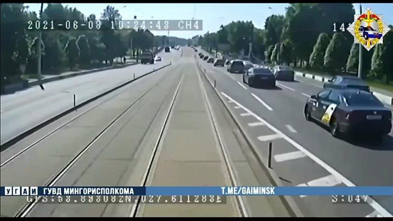 С какой то уже совсем странной невозмутимостью велосипедист идёт Пинг что ли на сервере скакнул 😱