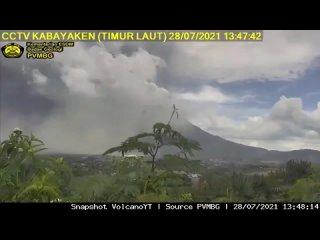 Сильное извержение вулкана Синабунг в Индонезии