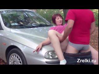 Рыжую зрелую мамашу с шикарной задницей трахают в анал на капоте машины и в лесу
