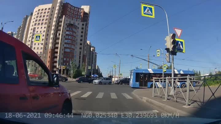 Пересечение Шаврова и Комендантского. По Шаврова одна полоса в каждом направлении, но улицы старые, ...