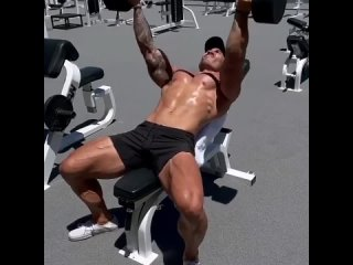 Тренировка грудных мышц и плеч! 3-4 подхода по 12-14 раз.
