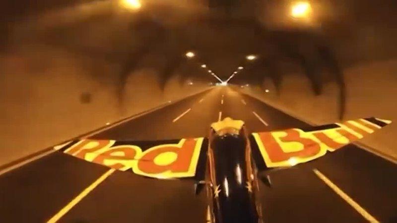 В Стамбуле пилот впервые пролетел сквозь автомобильный тоннель на самолёте