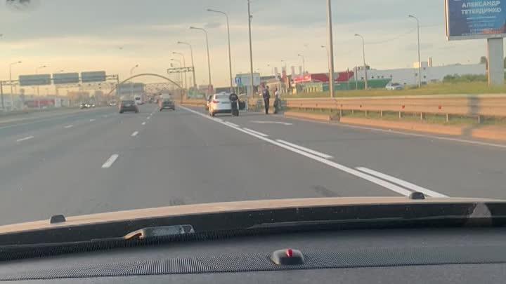 Очередной самокат на таллинском шоссе. Пилот электротранспорта жив, держится за руку, но лицо в кров...