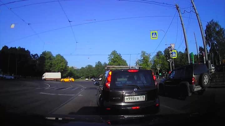 Вот что с такими делать? Перекресток улицы Жукова с Пискаревским. Дядя на велике решил срезать по ма...