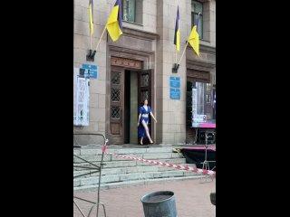 В Николаеве устроили шоу полуголых моделей прямо на выходе из мэрии