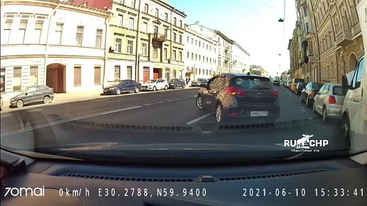 Видеозапись аварии от 10 июня, произошедшей на 8-й линии Васильевского острова, 29. Разворачивающийс...