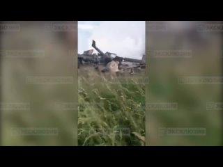 Спасатели тушат вертолет