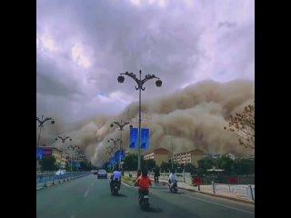 Пыльная буря накрыла город Дуньхуан (Китай, провинция Ганьсу, 25 июля 2021).