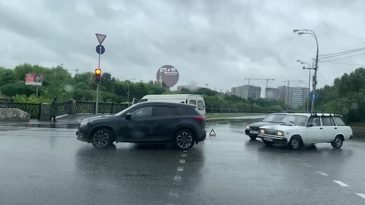 Перекрёсток набережной Ганнушкина и улицы Олений вал.