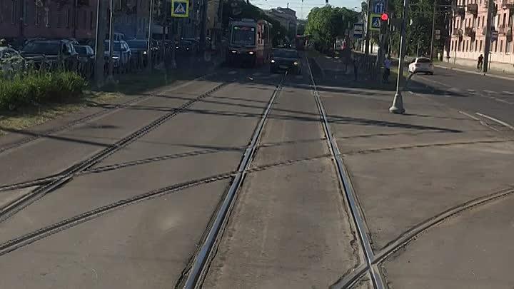 Утренние объезжальщики пробки по выделенной трамвайной полосе на Новочеркасском проспекте.