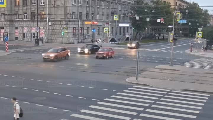Авария с мотоциклистом на Московском проспекте попала на видео. Байкера госпитализировали с перелома...