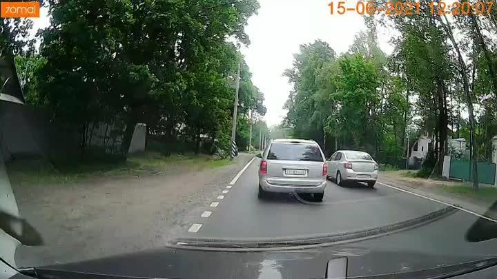 Опасный таксист с пассажиром, не убедившись в безопасности, повернул на Приморское шоссе.