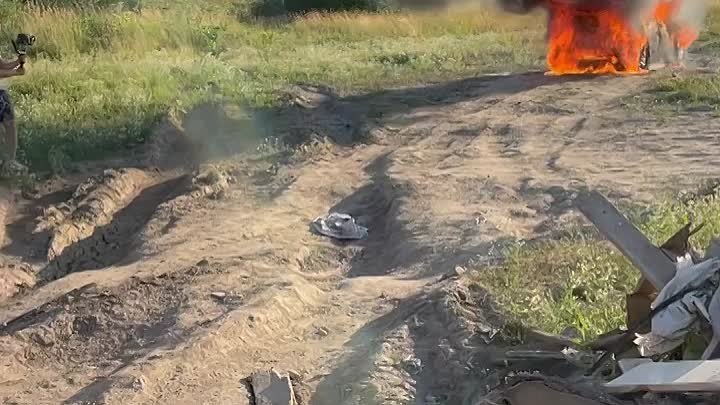 Блогер Артём Тарасов сжёг свою машину BMW Х5 недалеко от Московского шоссе.