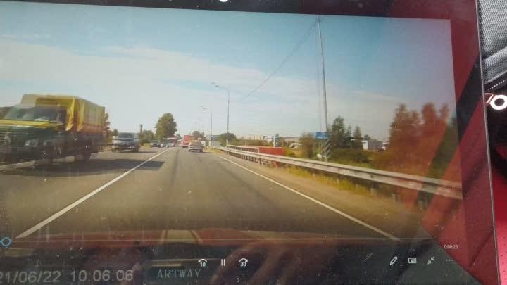 Сегодня утром, примерно в 9:45, на Киевском шоссе недалеко от Гатчины, автобус отправил в дрифт выез...