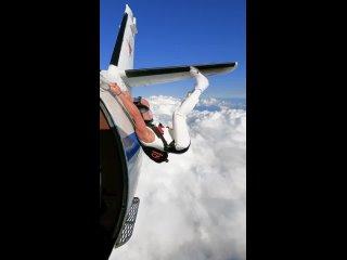 Парень решил немного потренироваться перед прыжком с парашютом