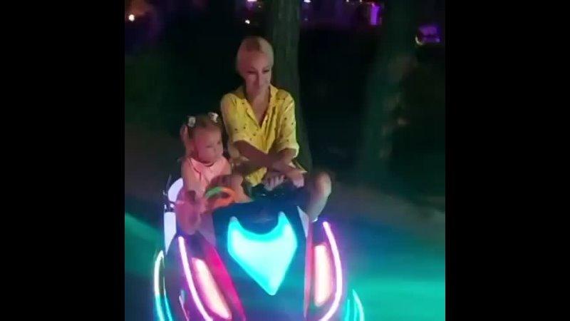 Лера Кудрявцева с дочерью проводят время в парке аттракционов в Турции