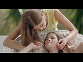 Няшка подружка папы полизала девушке писю и поласкалась голышом с ней