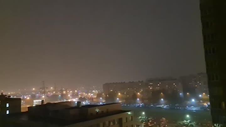 Момент попадания двух молний в вышку ЛЭП и отключение уличного освещения на Юго-Западе Петербурга.⚡...