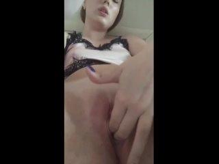 девушка крупным планом доводит себя до оргазма дрочит мастурбирует пальцами доводит себя до оргазма парень трахает в попку девку