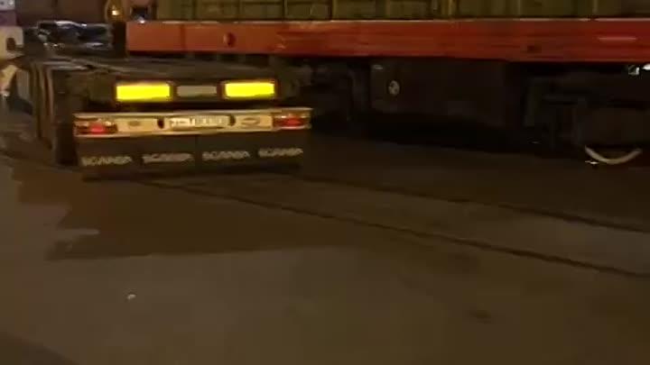 Элеваторная (угольная Гавань ) всё стоит, потому, что тепловоз протаранил фуру. Проезд заблокирован....