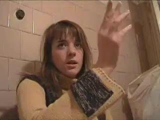 Пьяная русская студентка ходит в туалет.mp4