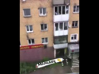 ️В Кызыле полицейский спас девушку, которая хотела прыгнуть с балкона