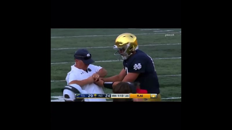 Notre Dame QB dislocates his fingerGets it popped back in placeThrows a strike TD Norte Dame 🤯🤯AMAZING 🤩🤩
