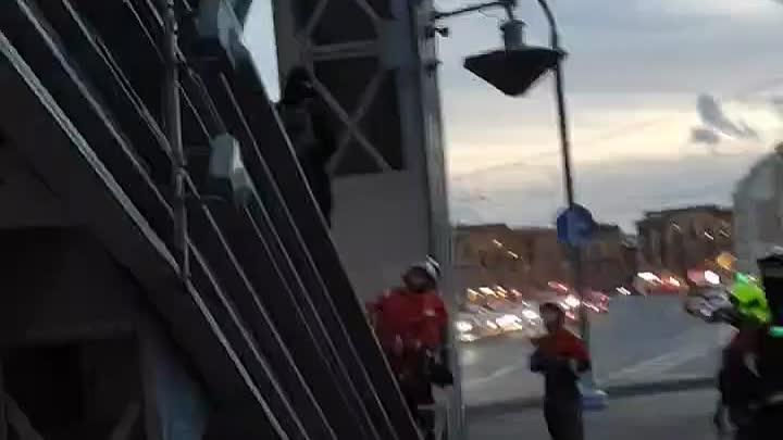 Влюбленная парочка вечером 6 сентября решила сделать прогулку по Большехохтинскому мосту над Невой б...