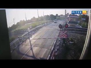 Поезд из Петербурга в Севастополь протаранил легковушку на ж:д переезде
