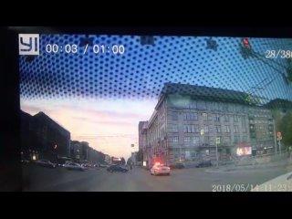 Жесткая авария в центре Новосибирска попала на видео.Подр...