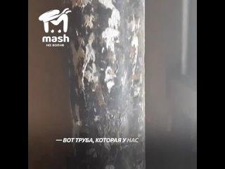 В Севастополе канализационная труба 1,5 года держится на женском чулке