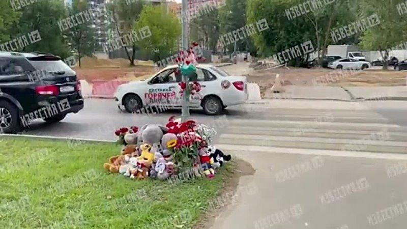 Москвичи несут цветы и игрушки к месту ДТП где погибли дети