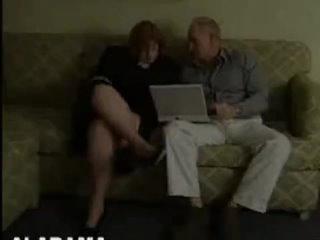 Жирная бабушка трахается с чужим дедом на диване.mp4