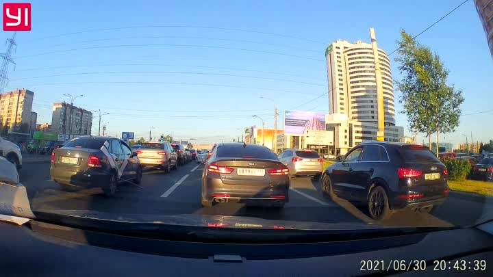 Таксист решил быть самым умным. И случилась авария. На Богатырском перед Гаккелевской