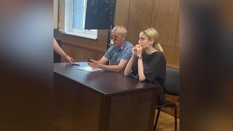 Отец студентки сбившей трех детей приехал в суд Видео из суда с москвичкой сбившей насмерть детей