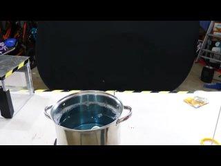 эксперимент, показывающий что произойдёт, если опустить куб в мыльную воду.