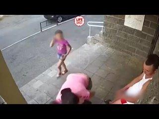 В подъезде уфимской многоэтажки мужчина избил двоих детей