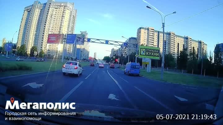 Батарейка села? «Тесла» с водителем, живущим вне ПДД, замечена на перекрестке улиц Репищевой и Параш...