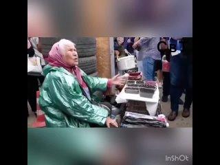«Это показуха!»:старушка на рынке отказалась взять деньги у Жириновского