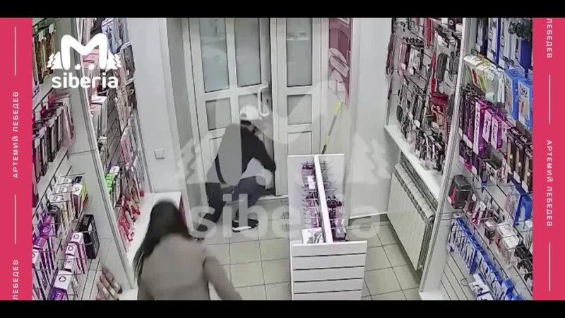 отхуячила грабителя